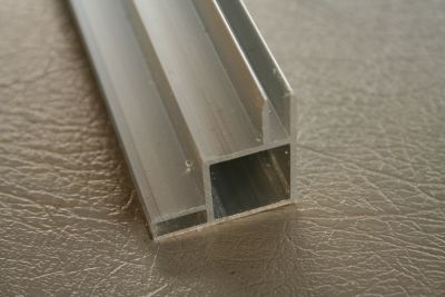 profielen 20 x 20 x 1,5mm met 2 flens buitenhoek 3 en  4mm